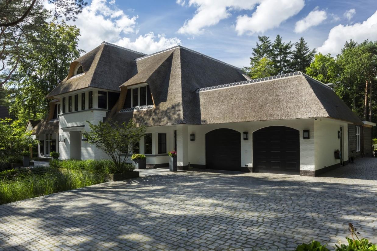 2. Rietgedekt huis bouwen, landhuis Veluwe voorzijde rechts