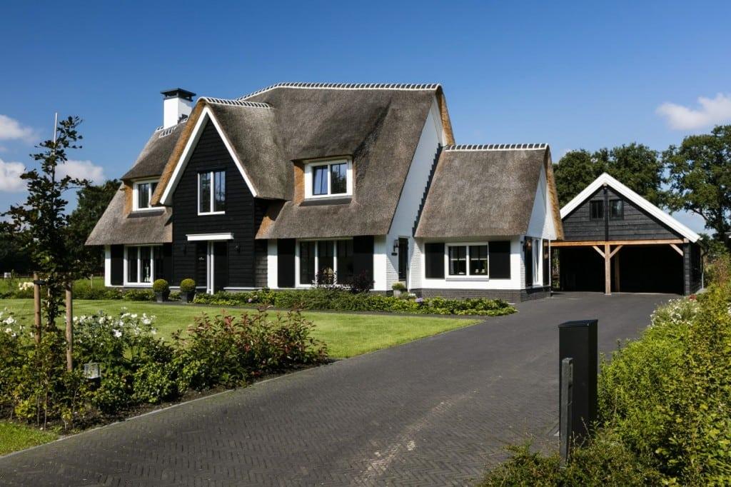 1. Rietgedekt huis bouwen Landhuis rietgedekt en wit gekeimd Wierden