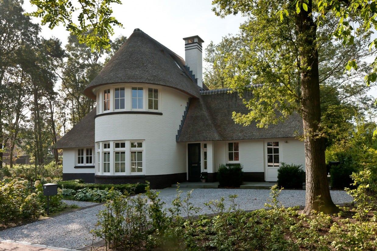 1. Rietgedekt huis bouwen, rietgedekte villa, wit gekeimd te Ugchelen