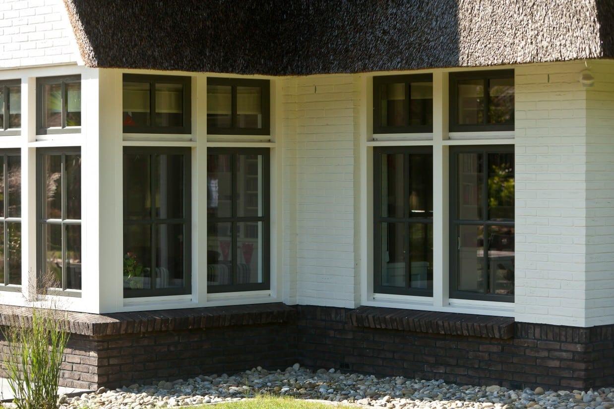10. Rietgedekt huis bouwen Villa te Almelo, houten kozijnen met groene raam kozijnen Almelo