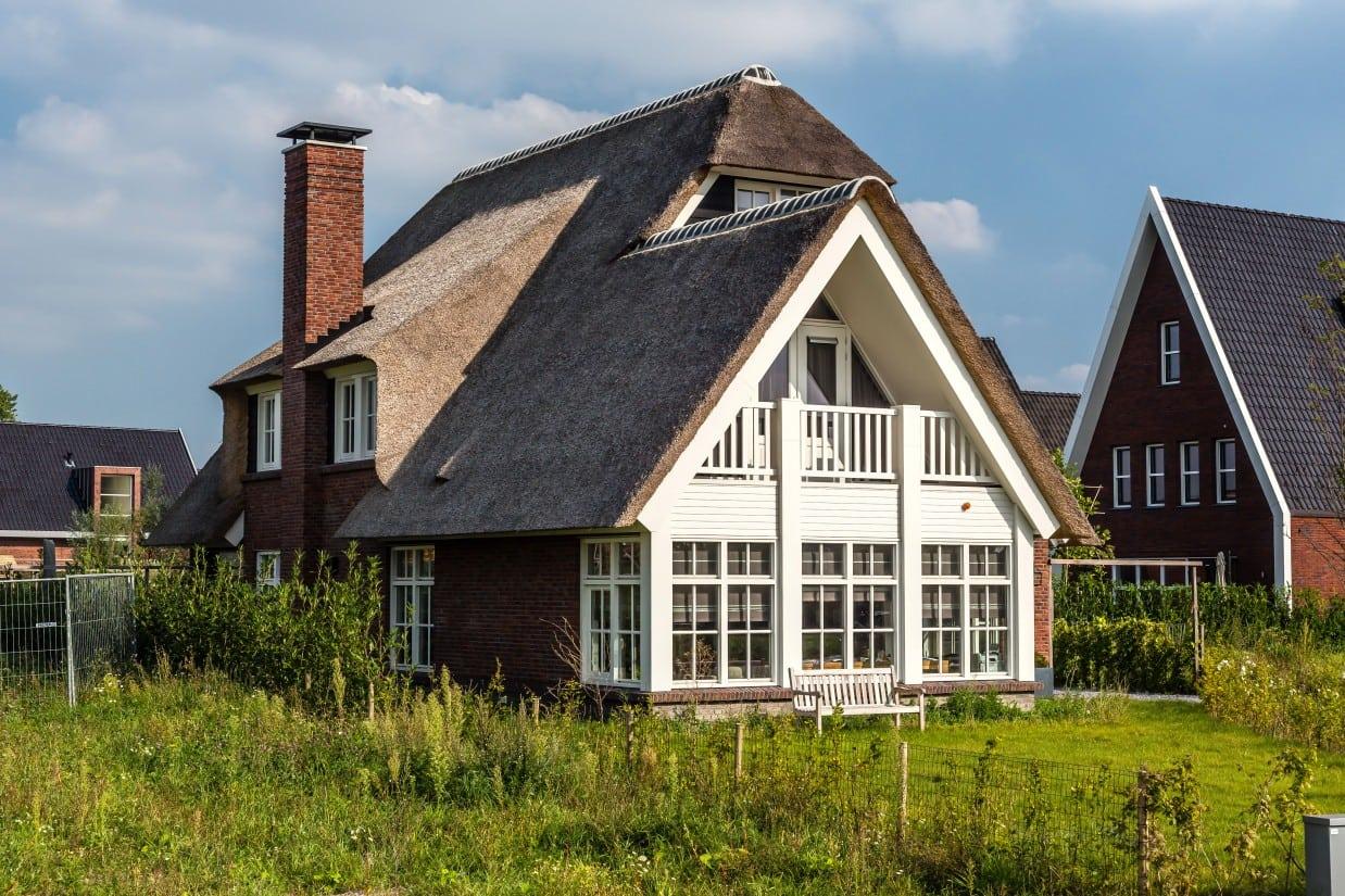 10. Rietgedekt huis bouwen, dakkapel met schoorsteen