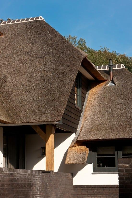 10. Rietgedekt huis bouwen, raamkozijn met een zeer luxe afwerking