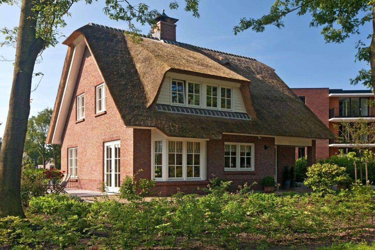 11. Rietgedekt huis bouwen Rietgekt droomhuis uitgevoerd in rode baksteen Ugchelen