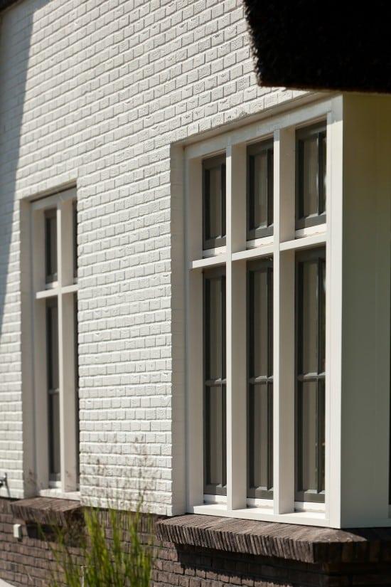 11. Rietgedekt huis bouwen Villabouw, raamdorpel uitgevoerd in steen Almelo