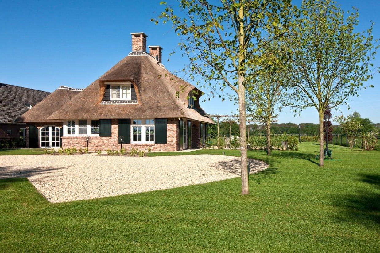 12. Rietgedekt huis bouwen Landhuis met nieuw aangebracht bomen Scherpenzeel