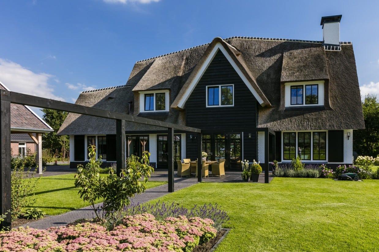 12. Rietgedekt huis bouwen Landhuis met pergola Wierden