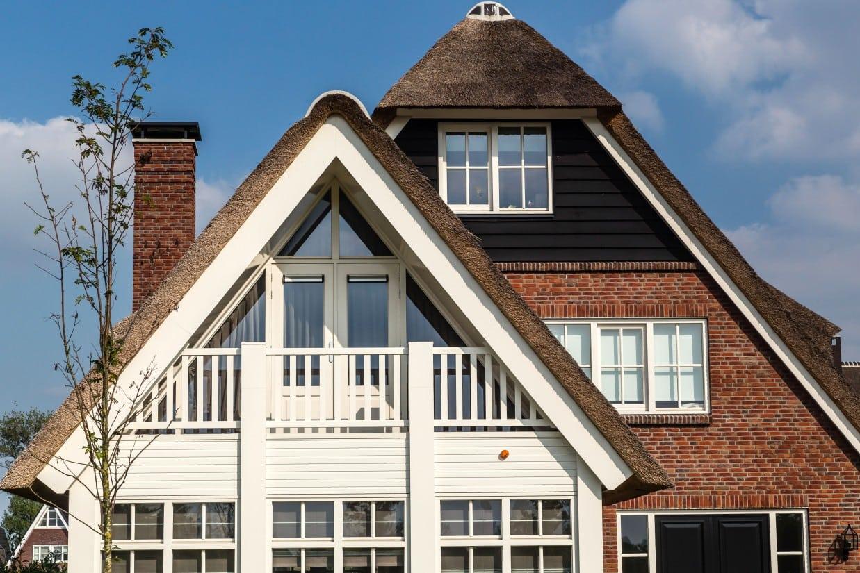 12. Rietgedekt huis bouwen, houten erker met balkon