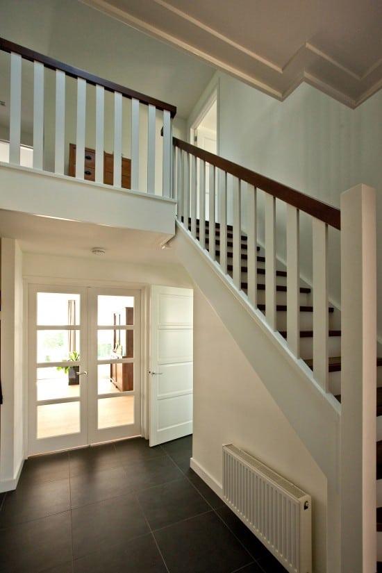 12. Rietgedekt huis bouwen, prachtige openhal met een trap met onderkwart