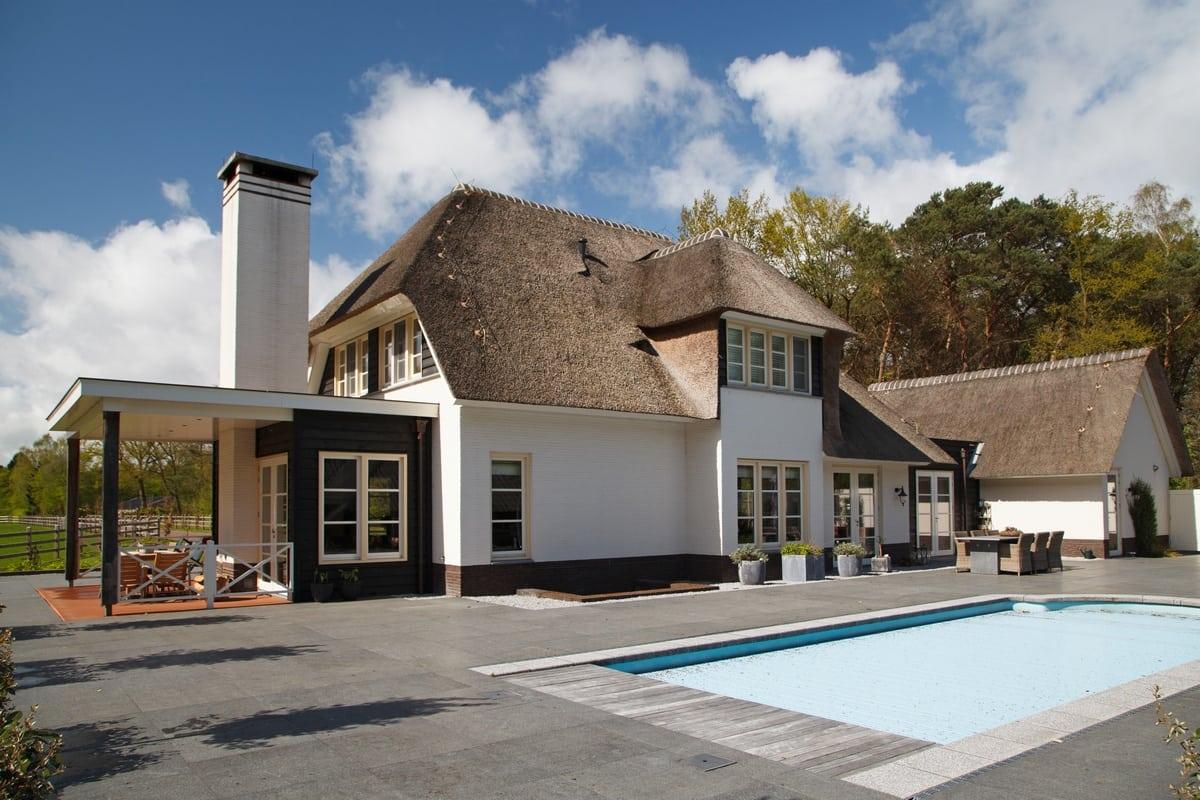 12. Rietgedekt huis bouwen, villa te epe zwembad