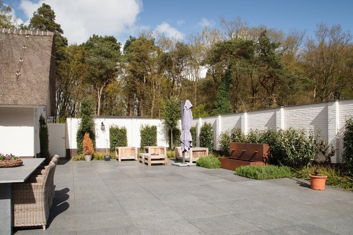 14. Rietgedekt huis bouwen, villa te epe tuinmuur achtertuin