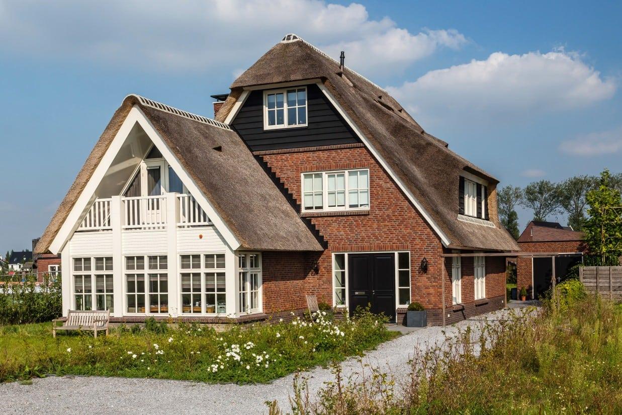 14. Rietgedekt huis bouwen, voor- en zijgevel