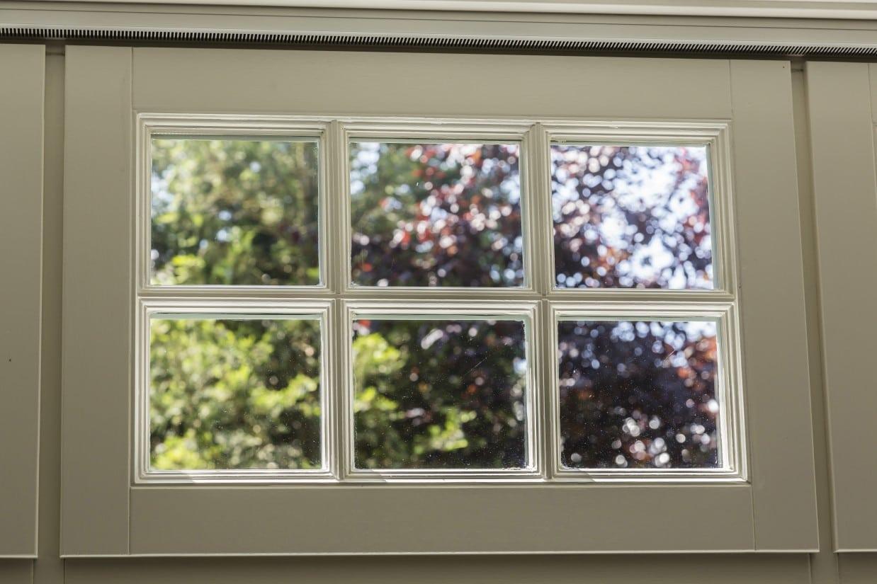 15. Rietgedekt huis bouwen, klassieke roedes in houten raam