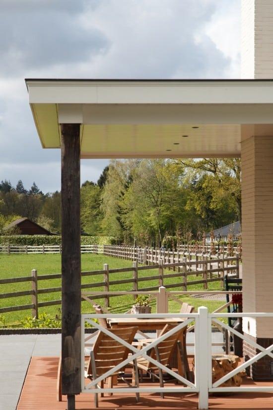 17. Rietgedekt huis bouwen, villa te epe verande uitzicht op voortuin