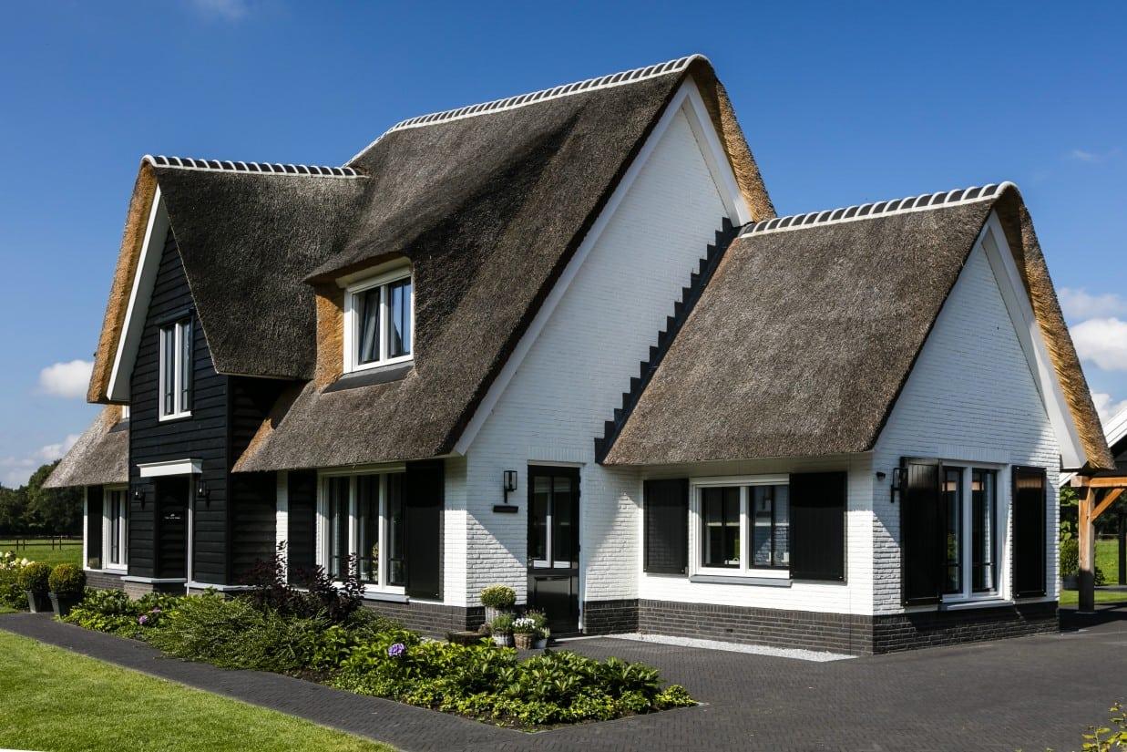 2. Rietgedekt huis bouwen Landhuis met gepotdekselde entree Wierden