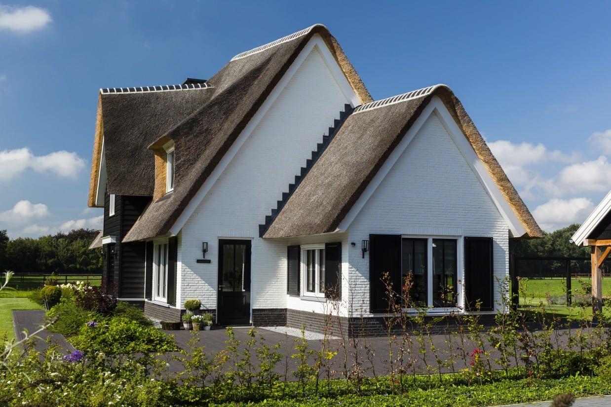 3. Rietgedekt huis bouwen Landhuis zijaanzicht Wierden
