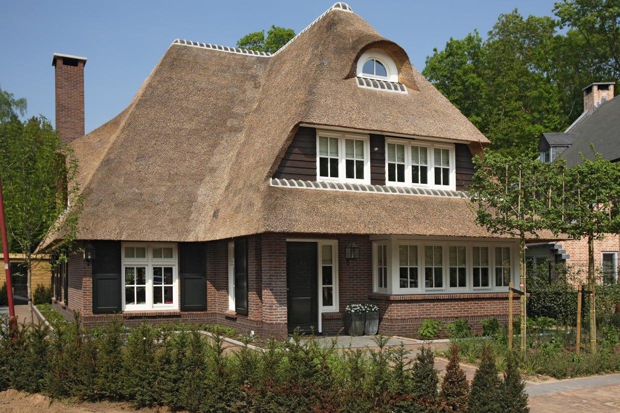 3. Rietgedekt huis bouwen, achtergevel van de prachtige villa te Zeist met schoorsteen