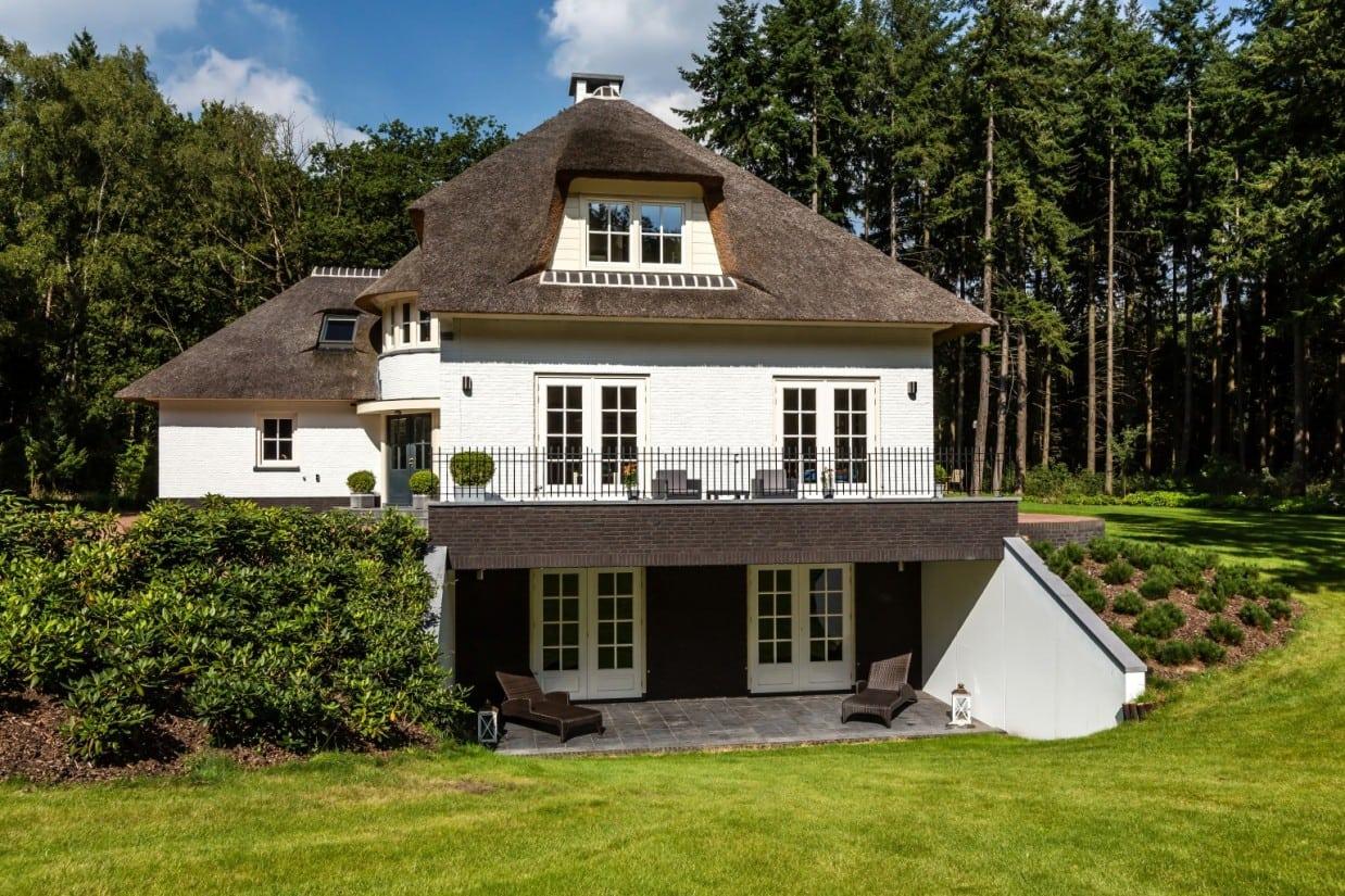 3. Rietgedekt huis bouwen, rietgedekt huis met gekeimd metselwerk in Leersum