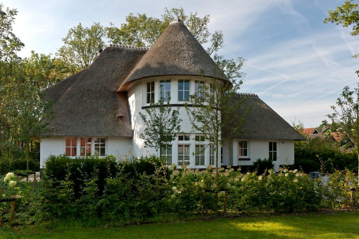 3. Rietgedekt huis bouwen, villabouw, wit gekeimd