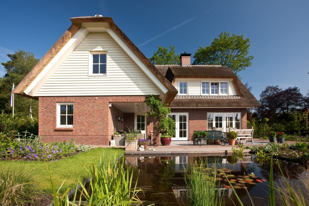 4. Rietgedekt huis bouwen Uniek vrijstaand rietgedekte villa met vijver te Ugchelen