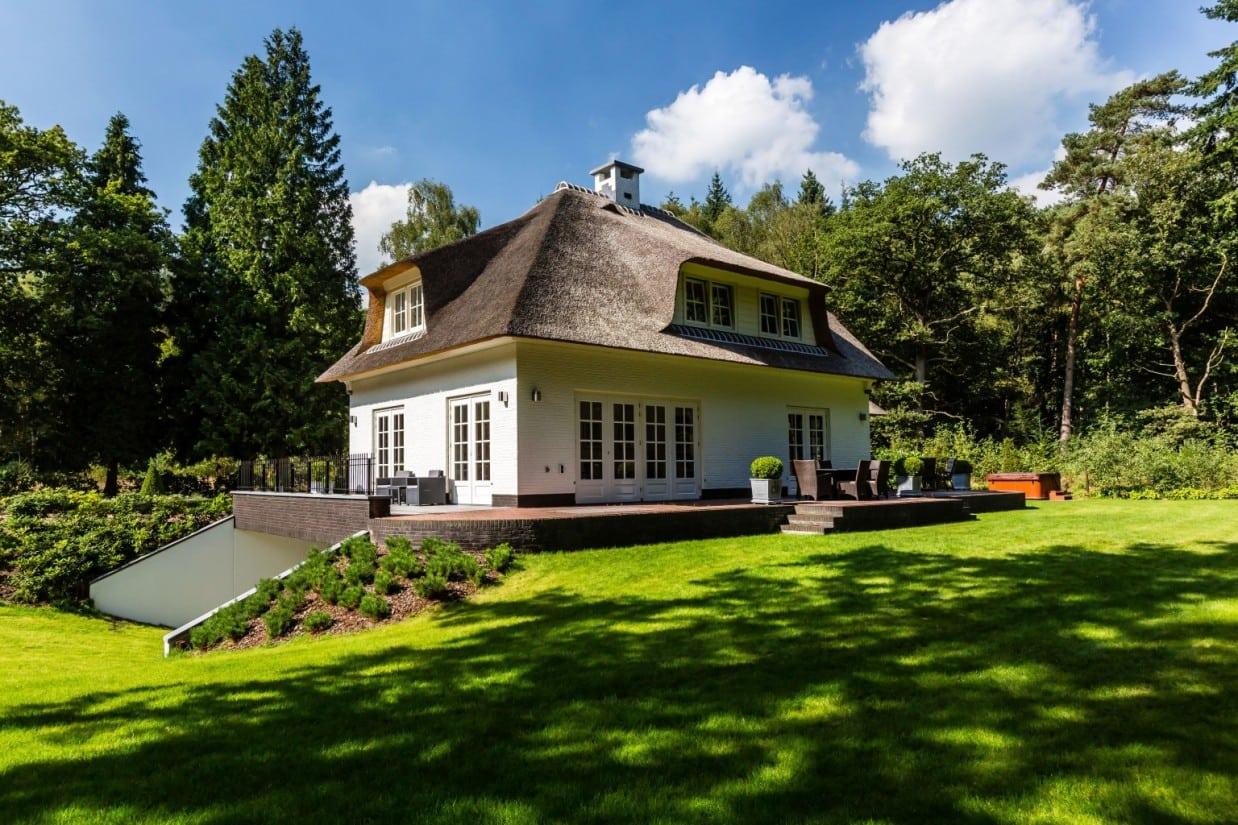 4. Rietgedekt huis bouwen, landhuis met groot terras