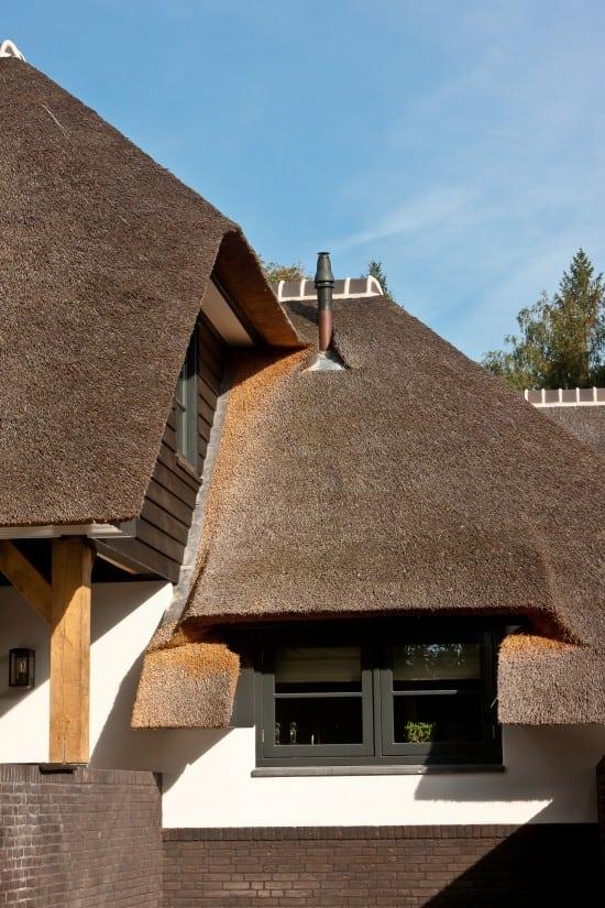 4. Rietgedekt huis bouwen, prachtig detail, rietwerk, douglas delen, wit gekeimd, overstek, metselwerk
