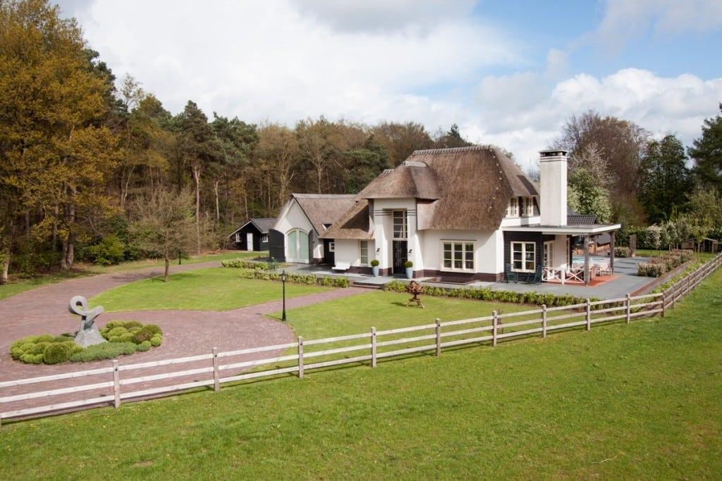 4. Rietgedekt huis bouwen, villa te epe zijaanzicht bovenaf