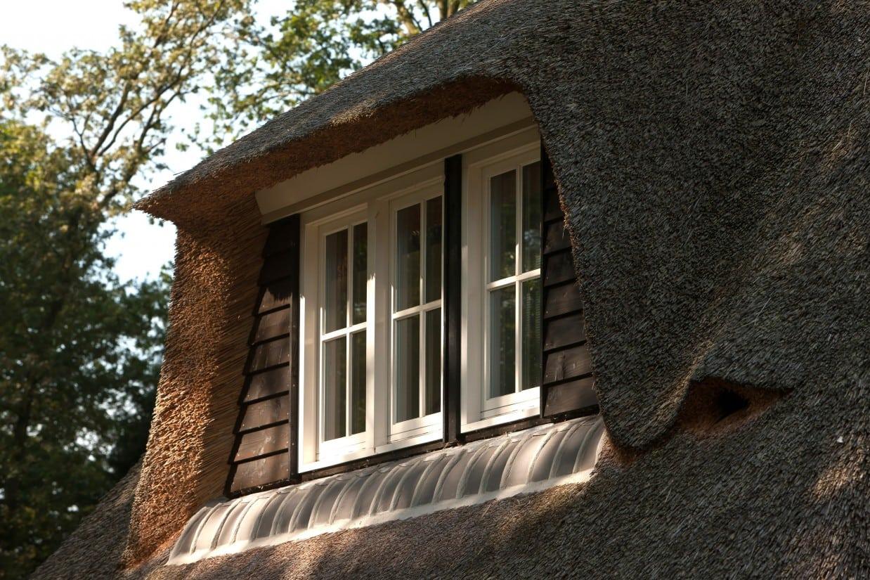 5. Rietgedekt huis bouwen, dakkapel met douglas delen, rieten dakbedekking