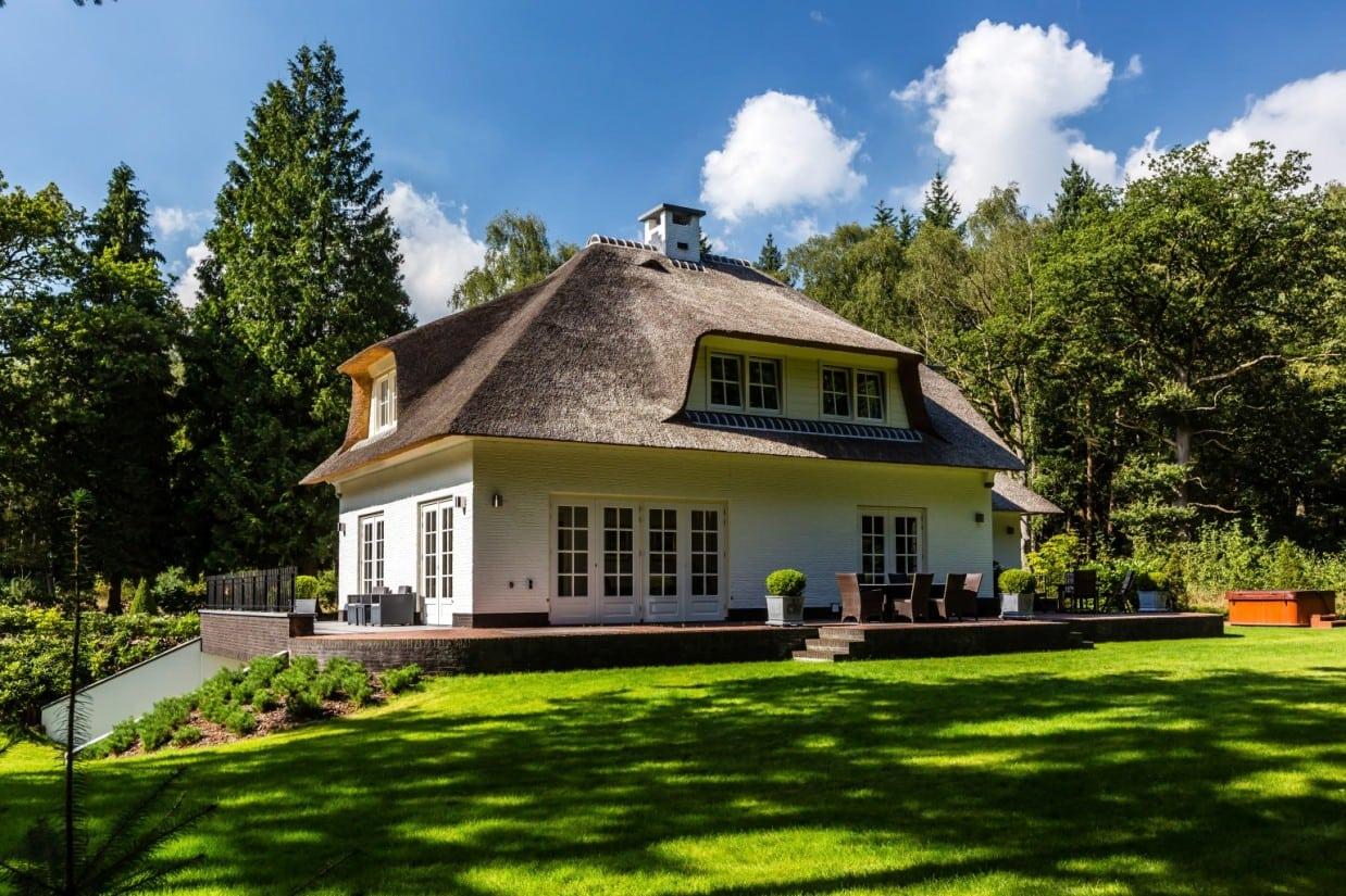 5. Rietgedekt huis bouwen, huis met terrasdeuren