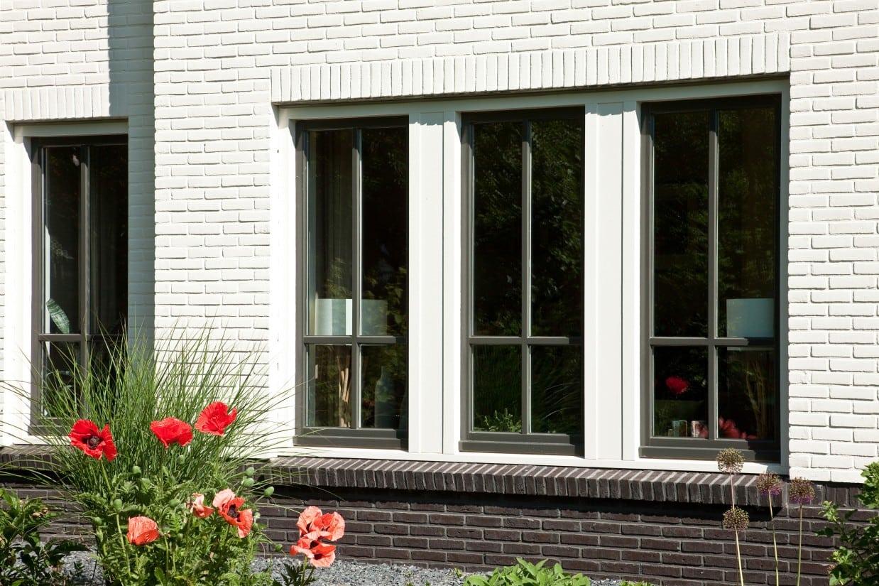 5. Rietgedekt huis bouwen, kozijn detail met glasroedes afgewerkt