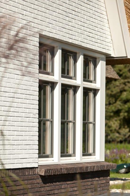 6. Rietgedekt huis bouwen Metselwerk met rollaag, witte gekeimde muren Almelo