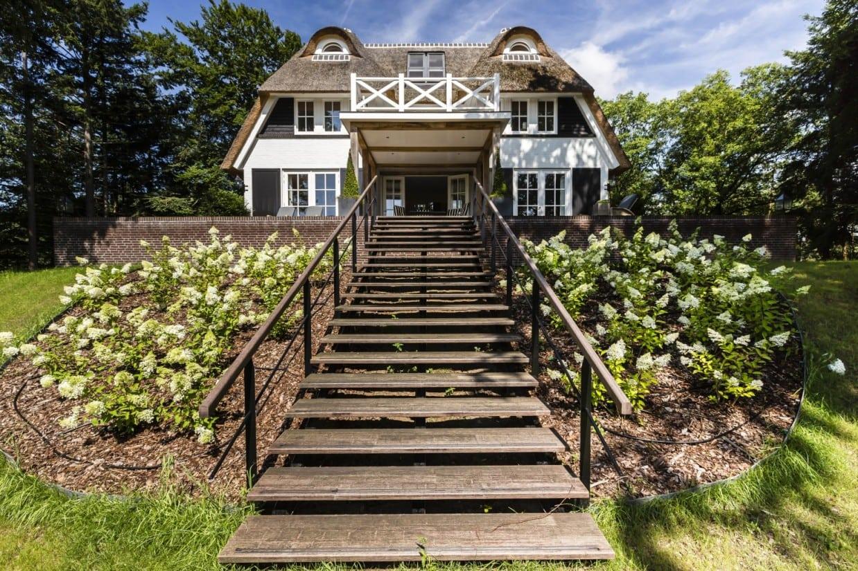 6. Rietgedekt huis bouwen landhuis met stalen trap met houten tredes Vierhouten