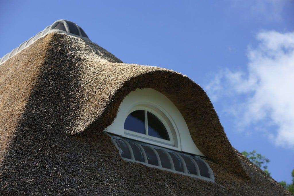 6. Rietgedekt huis bouwen, rietendak met rond dakkepel