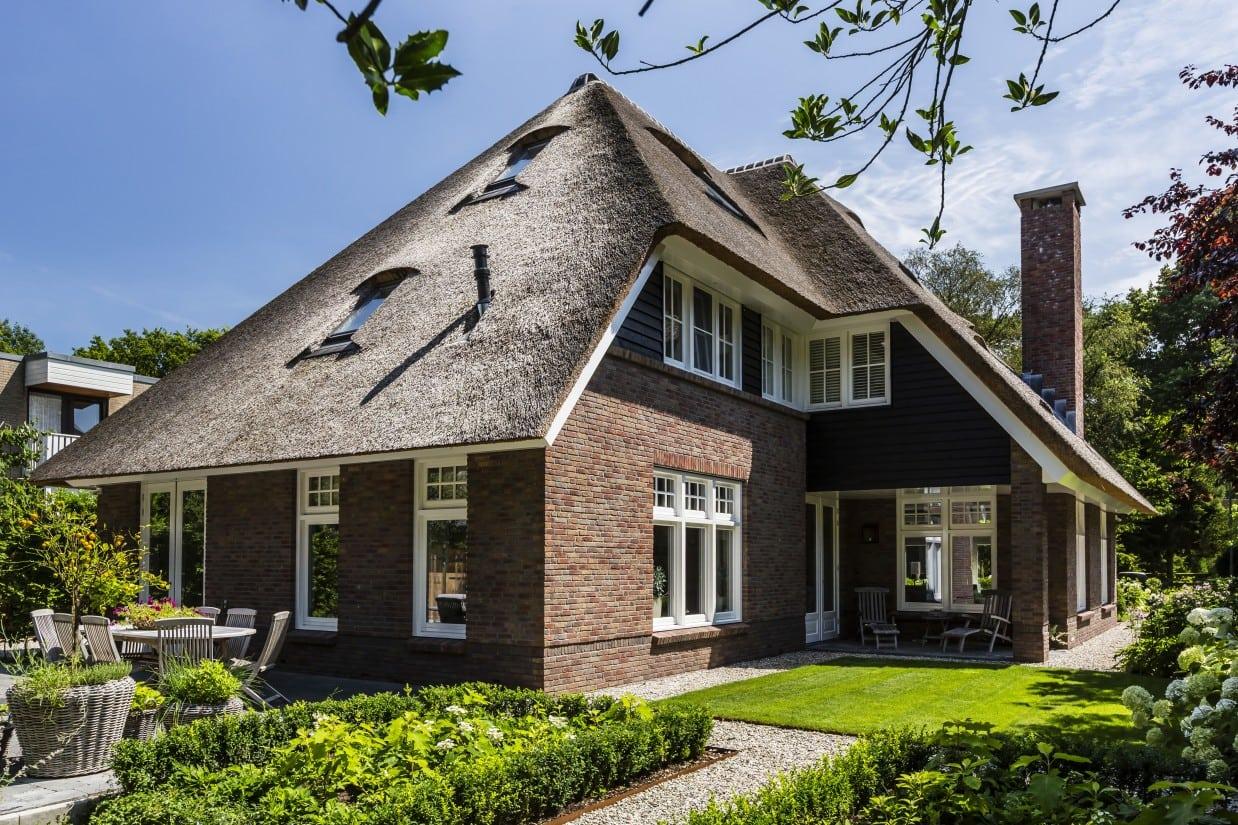 6. Rietgedekt huis bouwen, villa met dakraam in het rietgelegd