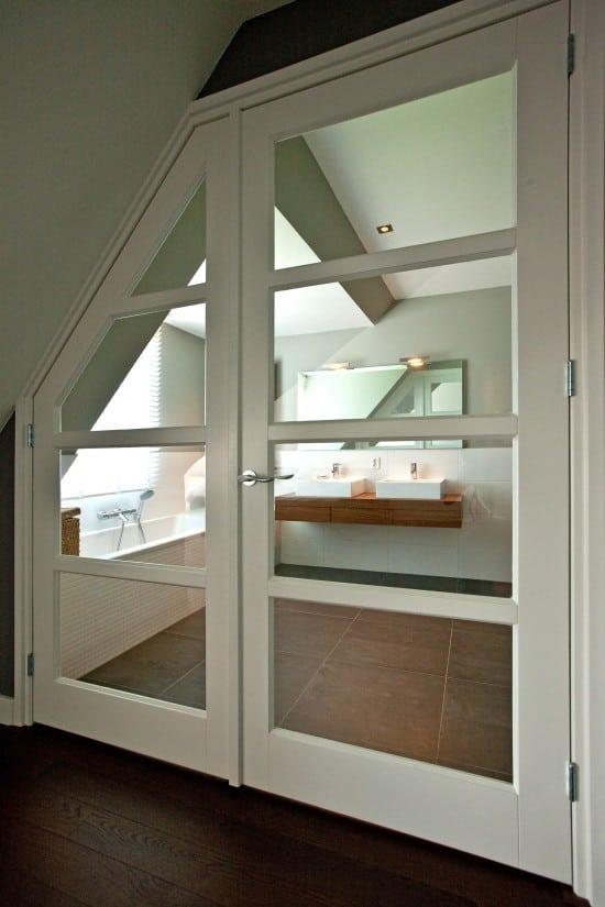 7. Rietgedekt huis bouwen, binnendeur met glas