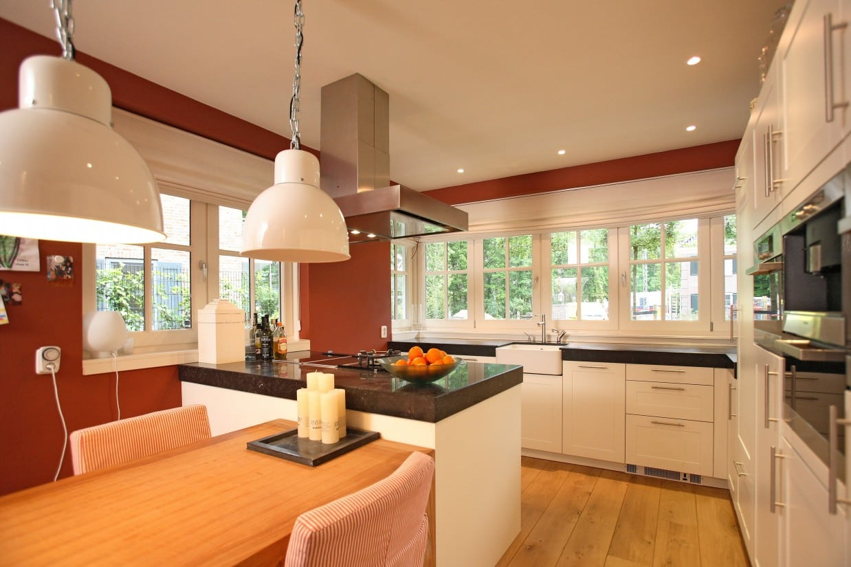 7. Rietgedekt huis bouwen, moderne keuken met veel daglicht in de rietgedekte villa