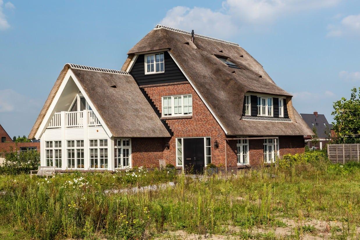 7. Rietgedekt huis bouwen, rietgedekt dakkapel