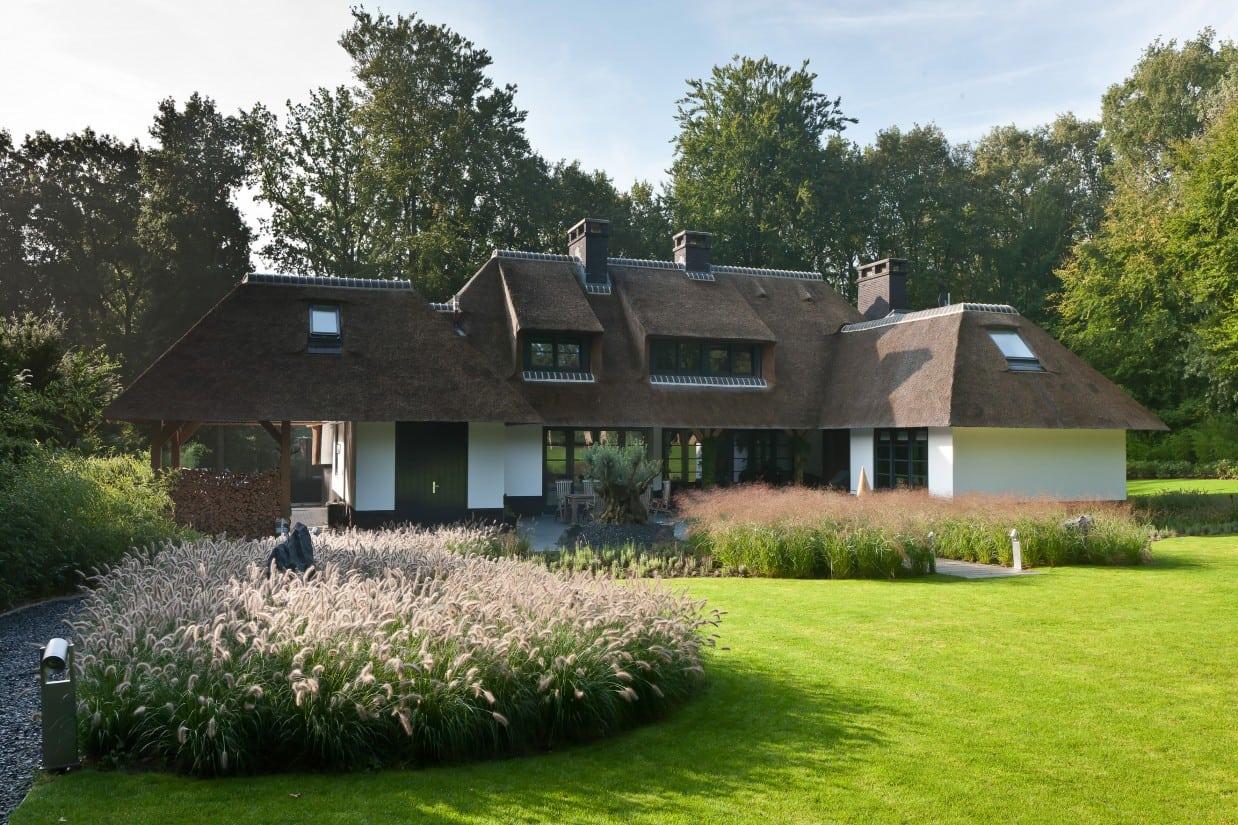 7. Rietgedekt huis bouwen, rietgedekte villa met drie schoorstenen