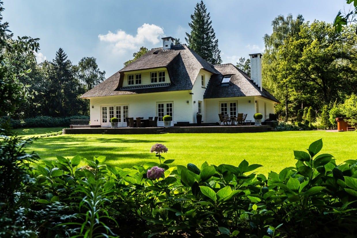 7. Rietgedekt huis bouwen, stijlvolle tuin in Leersum