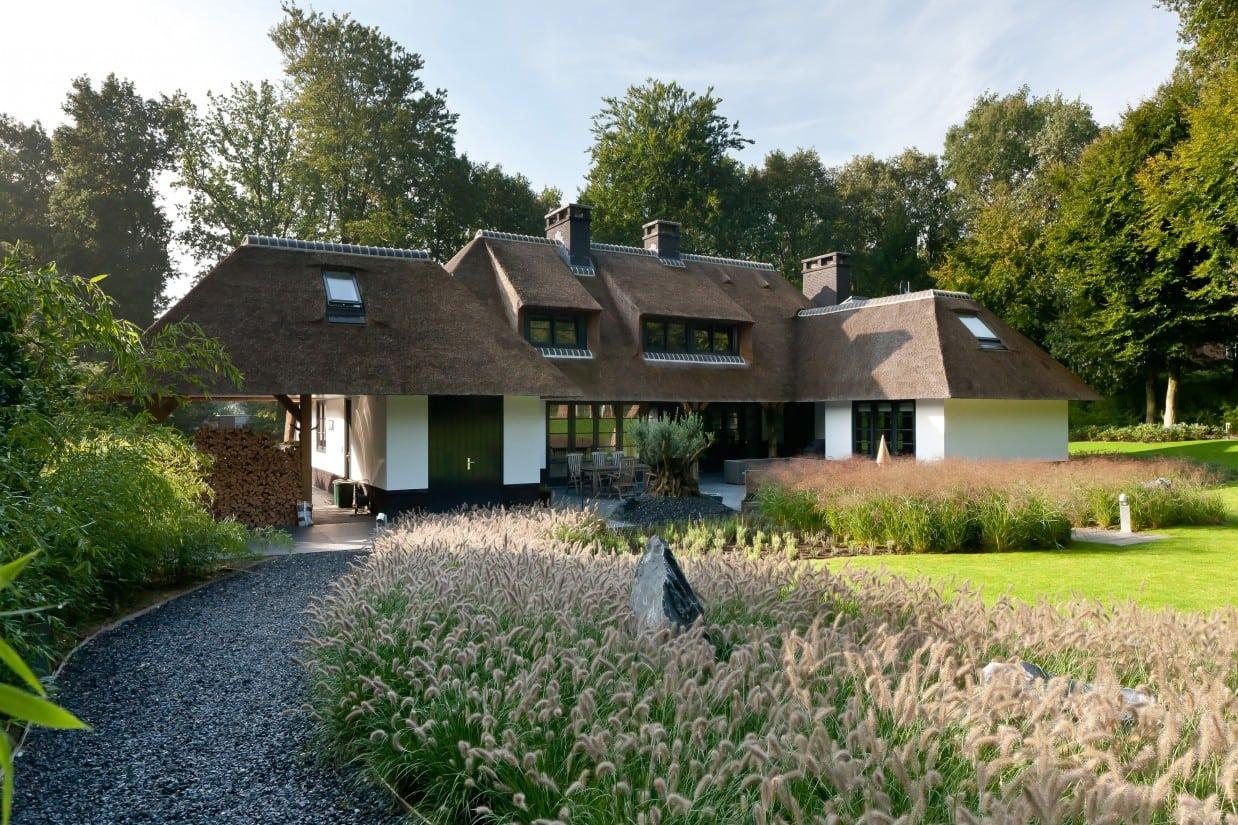 8. Rietgedekt huis bouwen, grindpad in de achtertuin van een enorm grote villa
