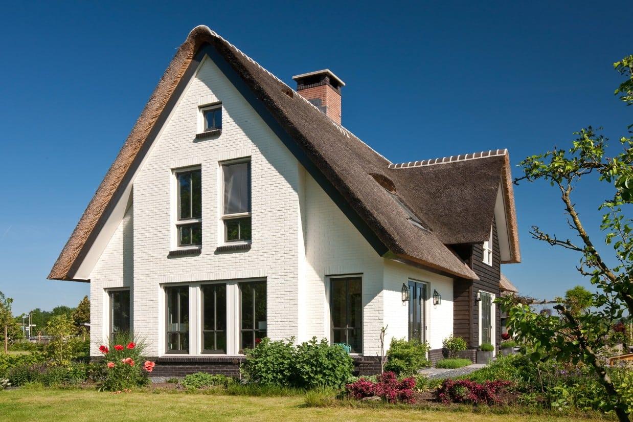 8. Rietgedekt huis bouwen, kopsegevel villabouw,stenen rollaag