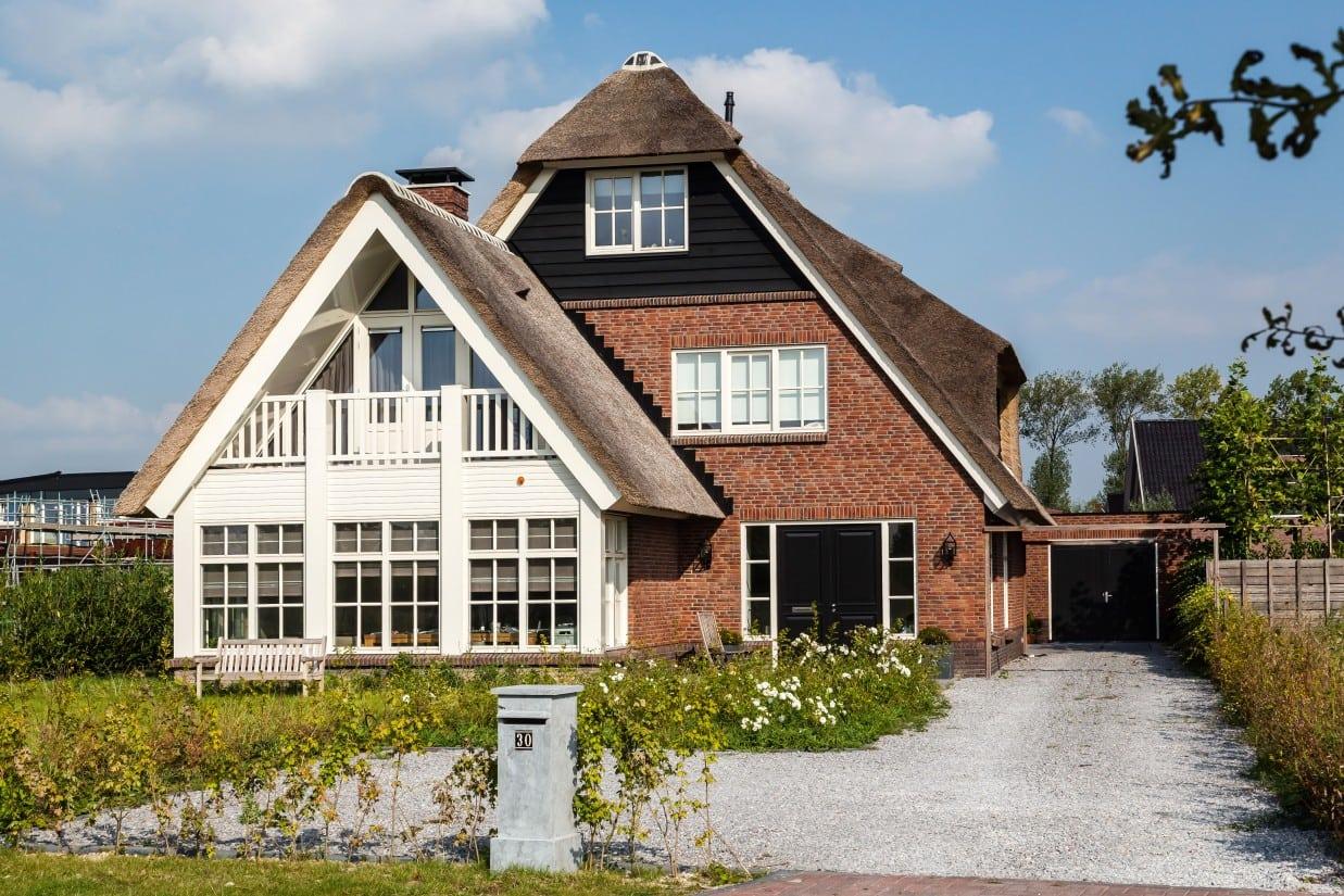 8. Rietgedekt huis bouwen, oprit villa te Utrecht