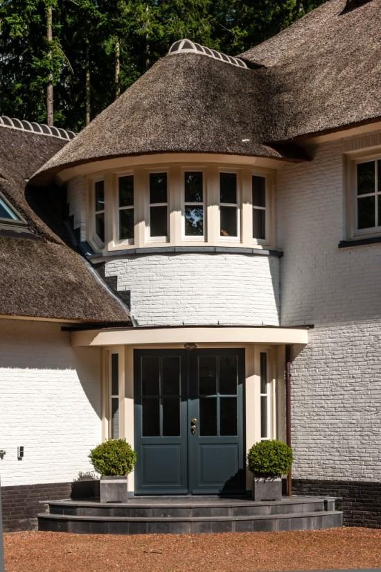8. Rietgedekt huis bouwen, prachtige ronde accenten entree huis