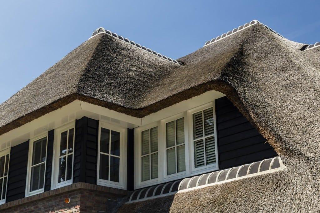 8. Rietgedekt huis bouwen, rietendakkapel op villa