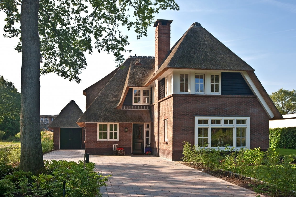 9. Rietgedekt huis bouwen, prachtige villa met rieten dak en een enorme schoorsteen te Ugchelen