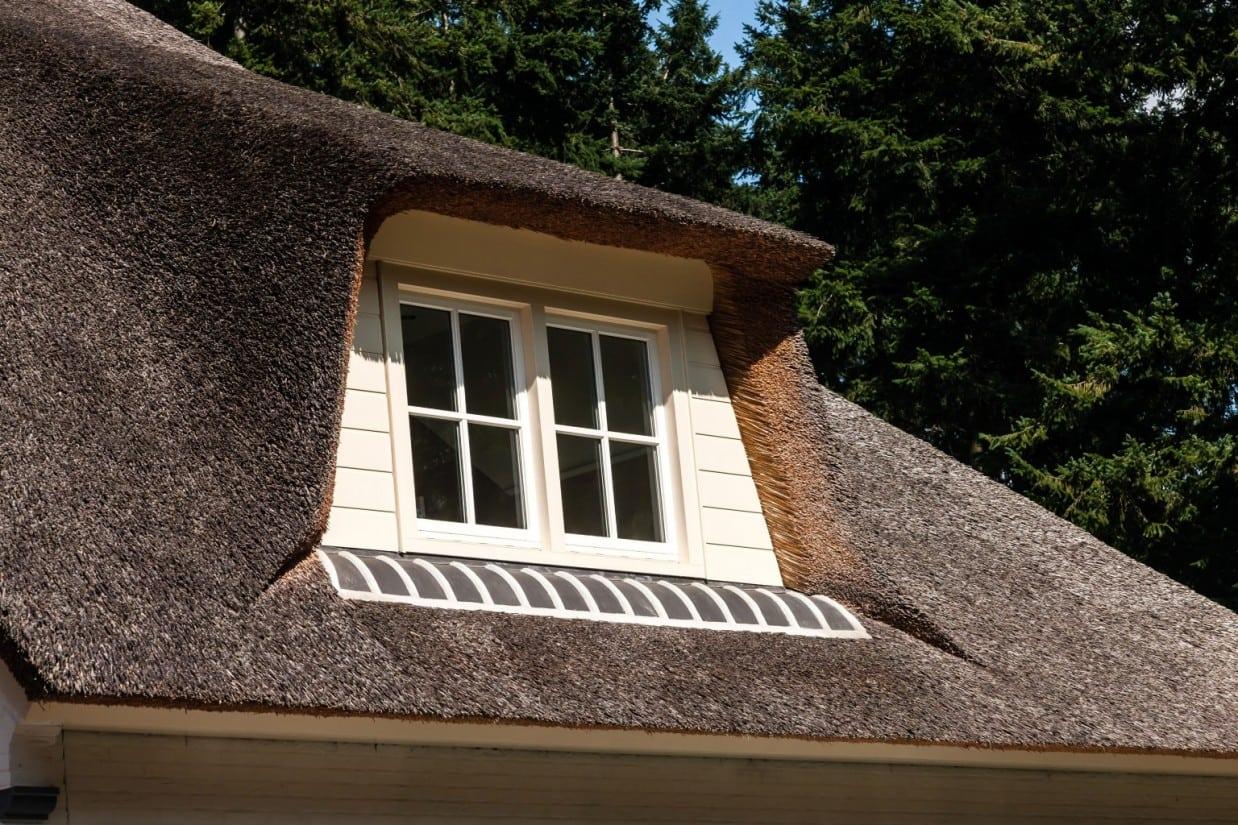 9. Rietgedekt huis bouwen, rietgedekt dakkapel met ondervorsten