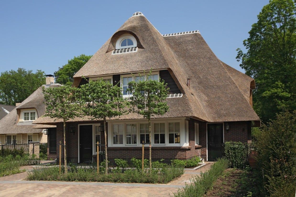 9. Rietgedekt huis bouwen, rietgedekte villa met metselwerk en houten delen, kortom een fraai ontwerp