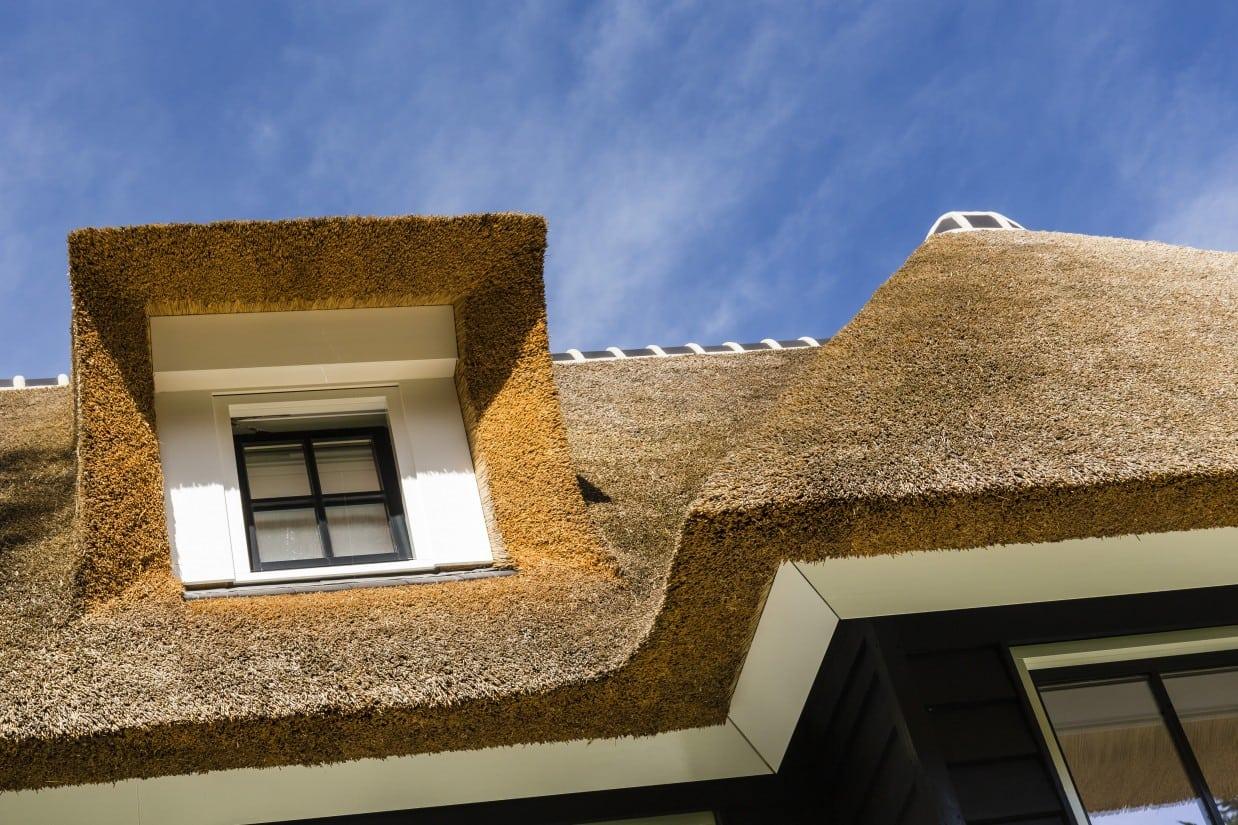 17. Rietgedekt huis bouwen detail dakkapel Zeist