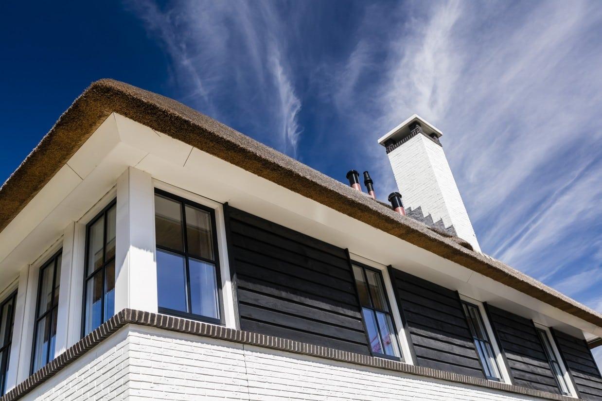detail kap rietgedekt huis bouwen hooglanderveen